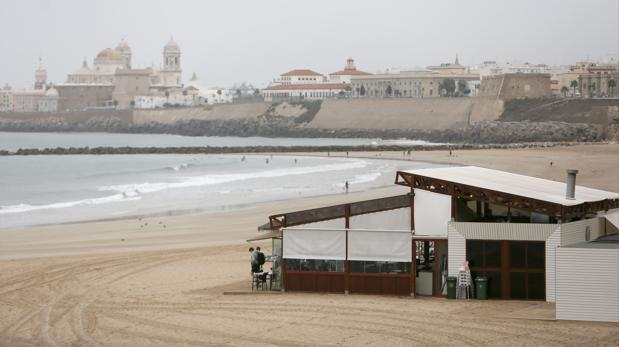 Las instalaciones de los chiringuitos en las playas de Cádiz vuelven a estar en entredicho