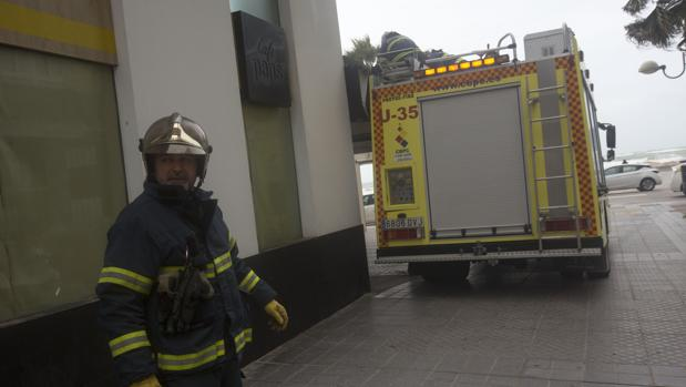 Los bomberos se están empleando a fondo debido al temporal.