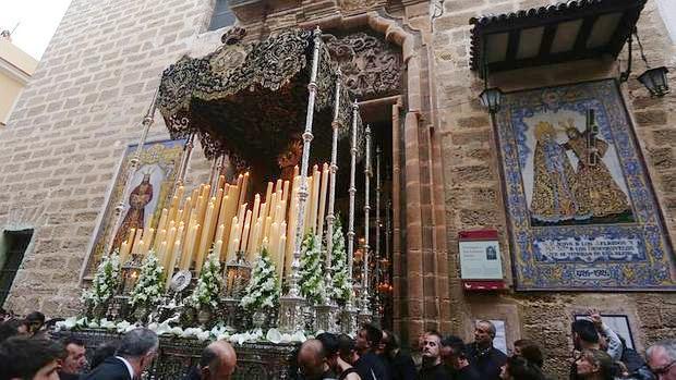 Imagen de archivo de la salida del templo de la Virgen de los Dolores de Cádiz