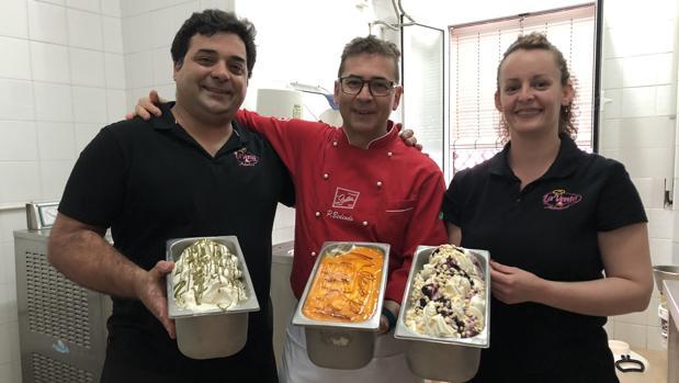 El maestro heladero (en el centro) junto a los propietarios de la heladería La Venta de Arahal