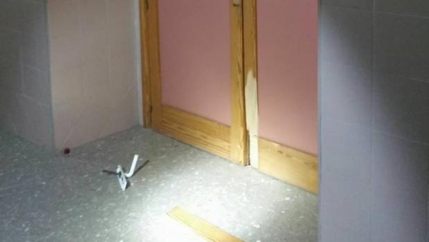 Una puerta forzada por los ladrones que fueron sorprendidos por la Policía Local de Lora del Río