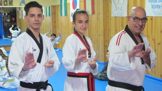 José Antonio Orellana, Julia Gutiérrez y Juan Orellana en el club Chunkwon