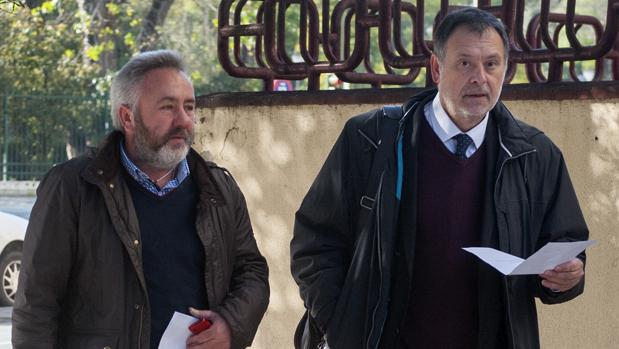 El exalcalde de Burguillos José Juan López (izquierda) junto a su abogado