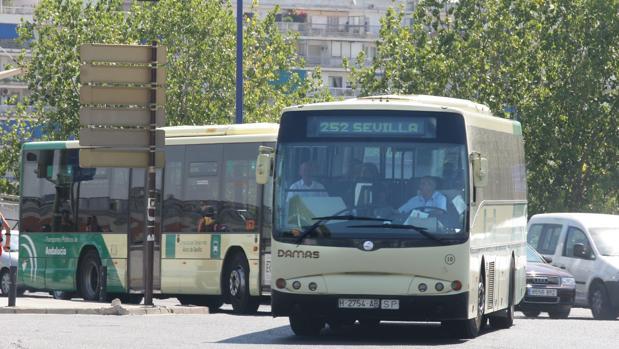 La huelga de autobuses metropolitanos afecta a once municipios del Aljarafe