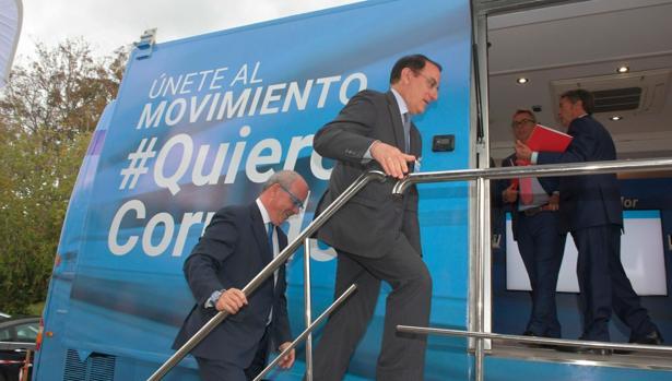 Sánchez Rojas y González de Lara suben al autobús del movimiento #QuieroCorredor. v.
