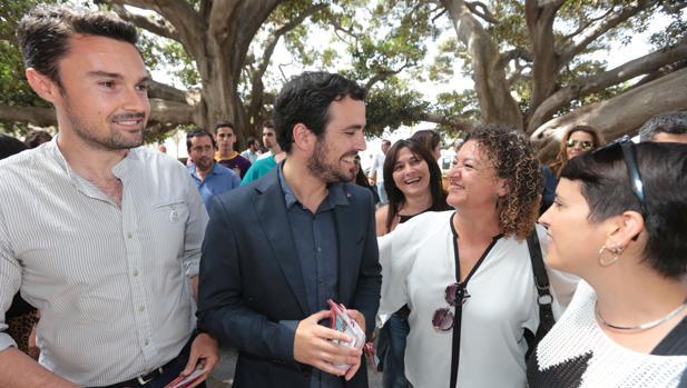 Alberto Garzón, con los concejales Martín Vila y Eva Tubío en una imagen de 2015.