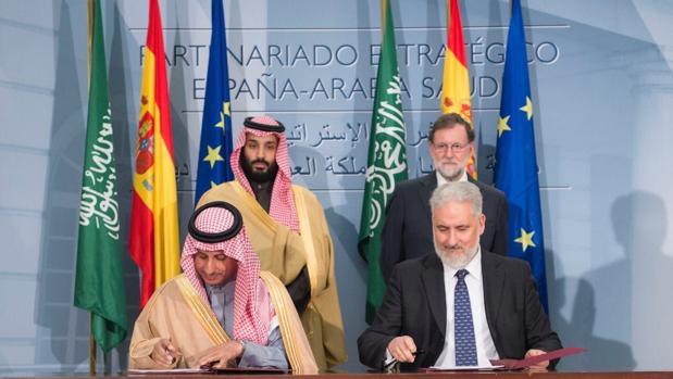 El presidente de Navantia García Vilasánchez, firmando el acuerdo con los mandatarios saudíes
