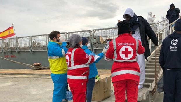 Cuando se produce un rescate de migrantes en la mar, estos permanecen a bordo del buque español durante un par de días, mientras que son trasladados a un puerto seguro en Italia.
