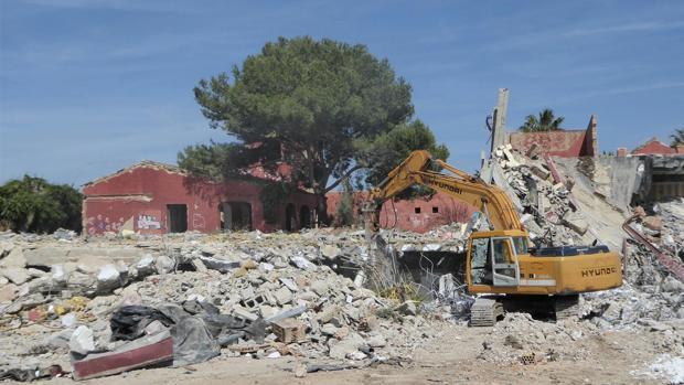 Una excavadora derriba las instalaciones de Las Beatillas