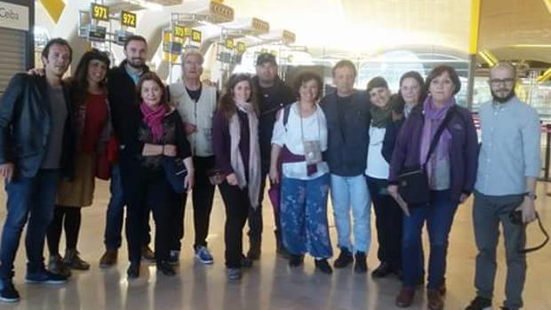 Kichi, el primero a la izquierda, junto con Teresa Rodríguez y Martín Vila en el aeropuerto.