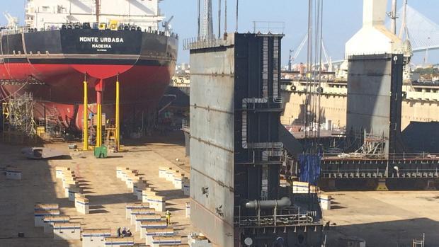 Imagen del segundo petrolero, el 'Monte Urbasa', en el dique, preparado para su flotadura