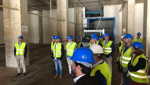 Directivos de Torrot y clientes de la firma de motos visitaron ayer en Cádiz la nueva factoría en el antiguo complejo de Altadis