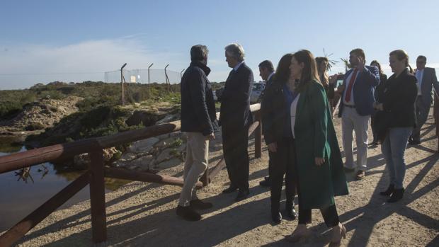 Agustín Muñoz visita la playa de Camposoto junto a la alcaldesa de San Fernando Patricia Cavada.