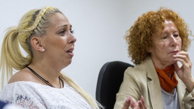La madre del menor, Raquel Escalante, junto a Asunción García Acosta, de la Asociación Andaluza Pro Derechos Humanos