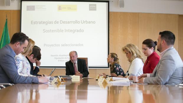El presidente de la Diputación se ha reunido este martes con los alcaldes cuyos municipios han logrado fondos Edusi