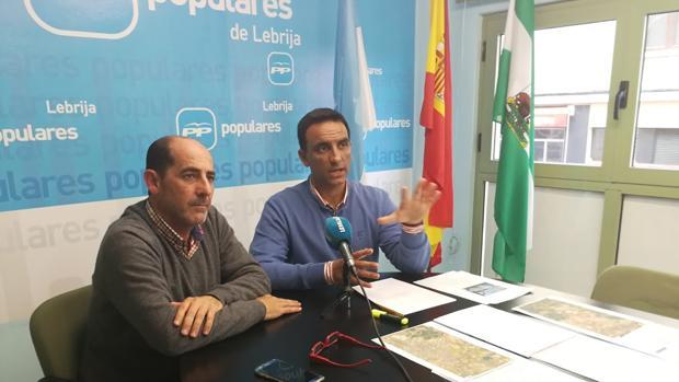 Manuel Bellido, presidente del PP de Lebrija, y el portavoz del grupo municipal, Francisco Javier Monge, en la sede local de los populares