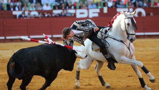 Pablo Hermoso de Mendoza culmina el tercio de banderillas con un adorno en la testuz.