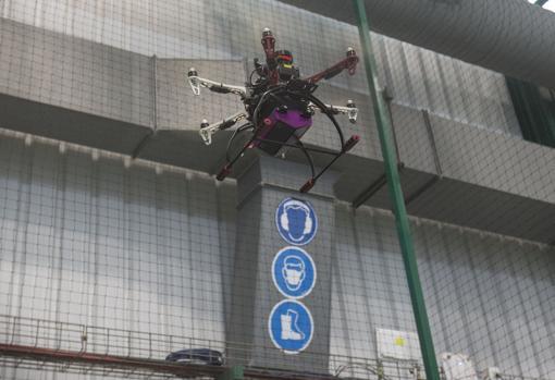 El dron en pleno vuelo por la nave de Airbus