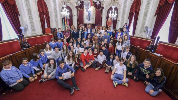 Foto de familia de los alumnos que han participado en el Pleno Infantil.