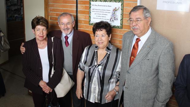 Los hermanos de Teresa Jiménez ante la placa en su honor, ayer al mediodía