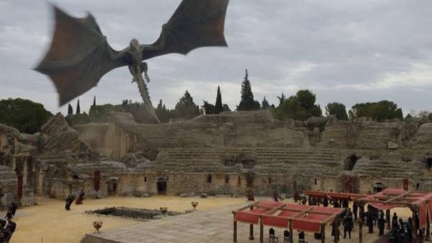 Fotograma del último capítulo de la séptima temporada, rodado en el anfiteatro de Itálica