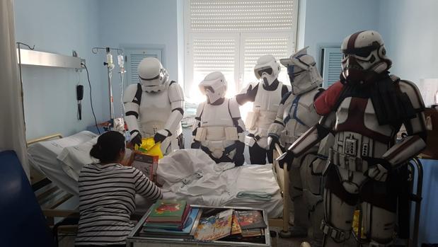 Uno de los pequeños hospitalizados recibe un regalo