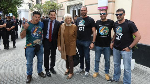 Miembros de Jusapol con Juanma Moreno y Teófila Martínez.