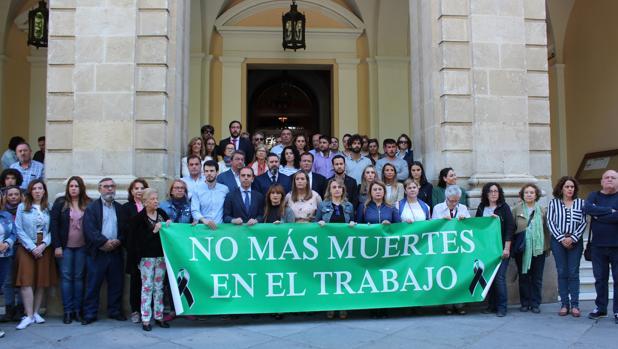 Minuto de silencio en el Ayuntamiento de Sevilla