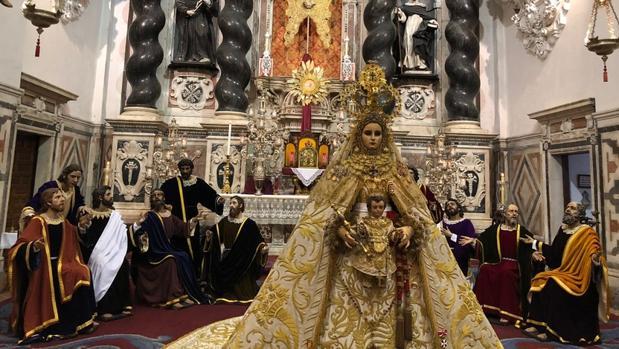 La Patrona, y los apóstoles en el altar mayor