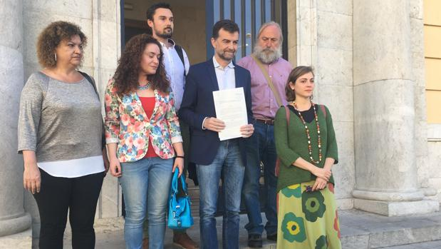 Antonio Maíllo, a las puertas de la Audiencia provincial de Cádiz mostrando la denuncia contra Pascual.