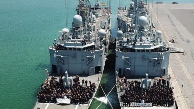 Momento del relevo de ambas fragatas en Catania.