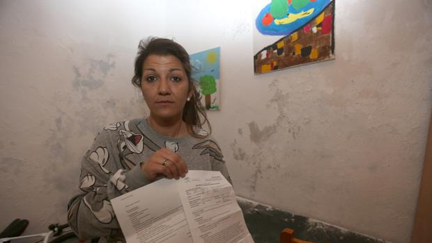 Vanesa, que reclama una vivienda apta para que pueda vivir con su hijo, muestra los informes médicos.