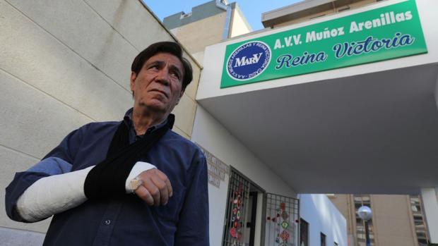 Francisco Moreno, presidente de la AVV, se rompió una muñeca el miércoles tratando de ahuyentar a una rata
