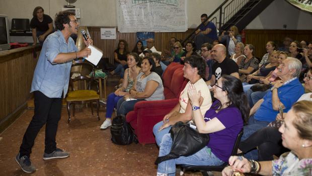 Kichi, en una de las asambleas de Podemos en la campaña electoral de las Municipales de 2015.
