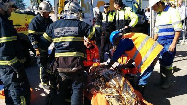 Los bomberos y la unidad de emergencias asisten a un trabajador herido