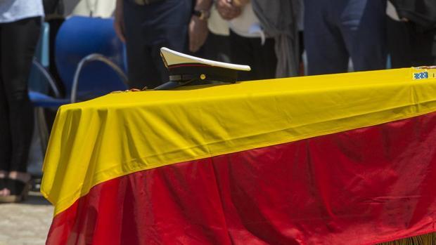 El féretro del fallecido, con su gorra encima, durante el funeral en el TEAR.
