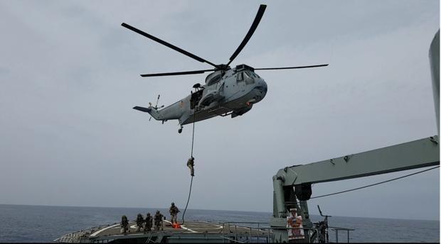 Imagen de un momento del abordaje del buque.