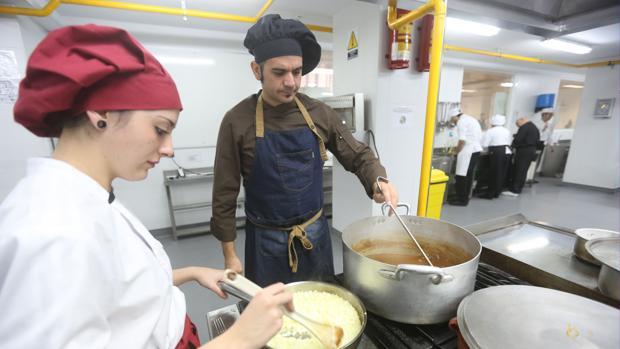 Cocineros, pinches de cocina y camareros son los perfiles que más se demandan en Cádiz en verano