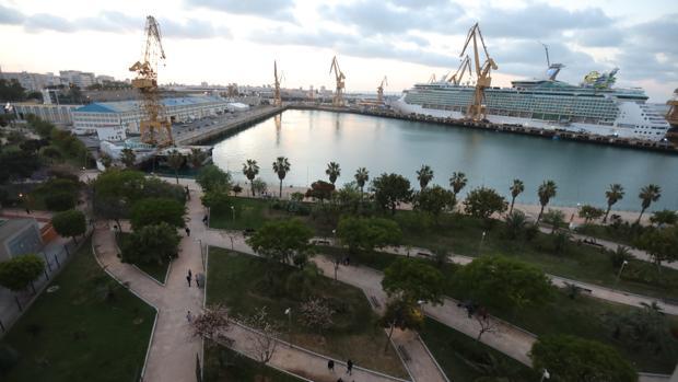 La factoría de Navantia, frente al barrio de Astilleros de Cádiz