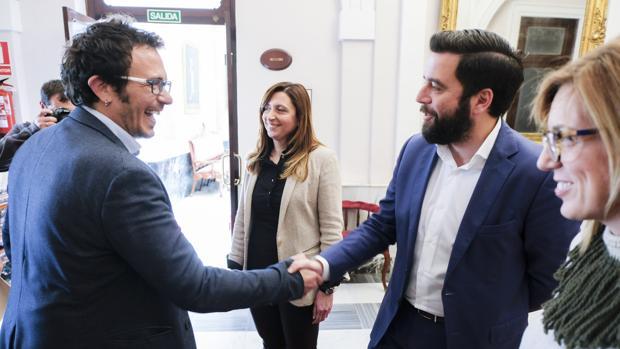 El alcalde la ciudad y el portavoz socialista, el día que firmaron el acuerdo sobre los presupuestos.