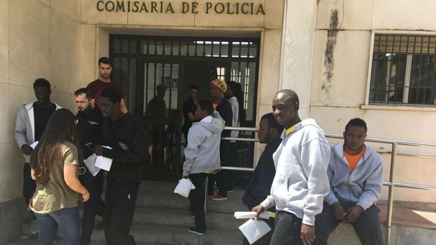 Los inmigrantes, a su salida este jueves de la Comisaría de El Puerto.