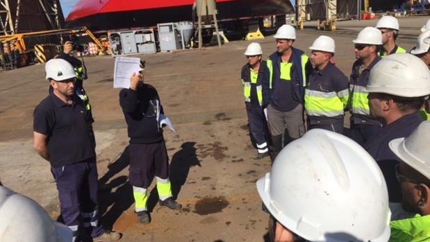 Reunión matinal en el astillero de Puerto Real sobre medidas de seguridad para evitar accidentes laborales