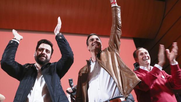 Fran González, junto al nuevo presidente del Gobierno y al alcalde de Chiclana, José María Román.