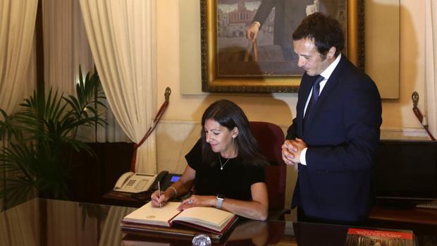 La alcaldesa de París, con el regidor de Cádiz en una visita oficial.