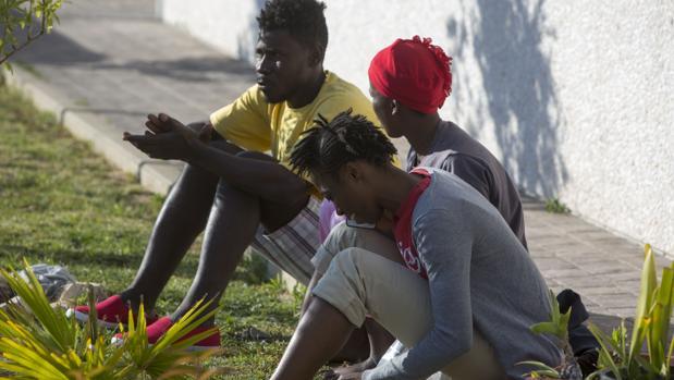 Varios inmigrantes que llegaron esta semana, en El Puerto de Santa María.