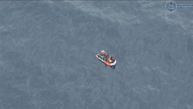 Imagen de una embarcación en medio del Estrecho