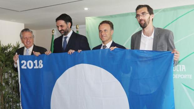 El consejero de Turismo junto al alcalde de El Puerto, entregando las banderas azules.