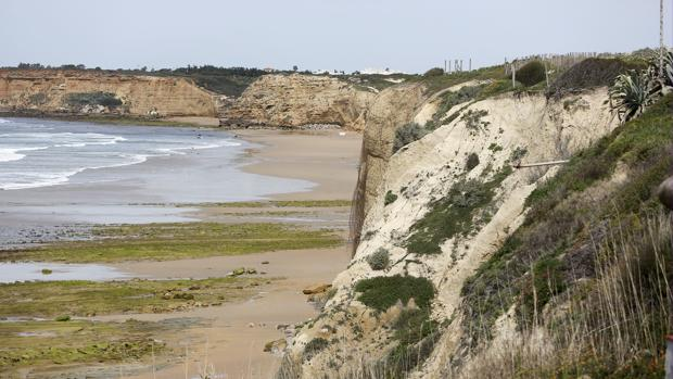 El Ministerio está regenerando la arena de las playas de Cádiz.