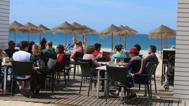 Las terrazas de los chiringuitos, en el punto de mira del Ayuntamiento de Cádiz
