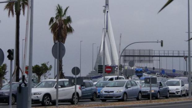 Atascos en el Puente de la Constitución de Cádiz.